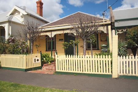 Classic 2 Bedroom Cottage, Close to every amenity - Geelong