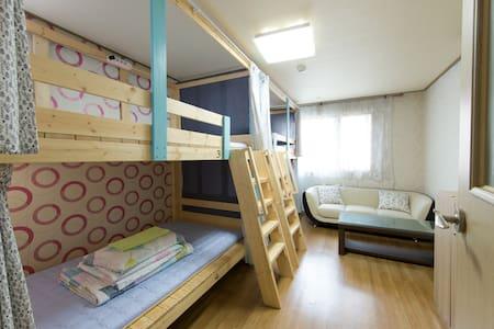 Petrahouse[Quad-onebad]onlyman/a double-deck bed - Suyeong-gu - Casa de huéspedes