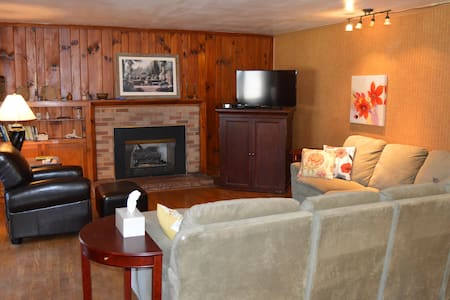 Large Relaxing Apt. in Lodge, bordering park - Apartment