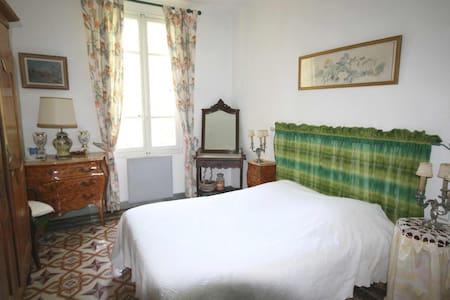 Au pied du Luberon, B&B (2V) dans Mas au calme - Bed & Breakfast