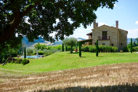 Beautiful farmhouse with pool and stunning views - Santa vittoria in Matenano - Hus