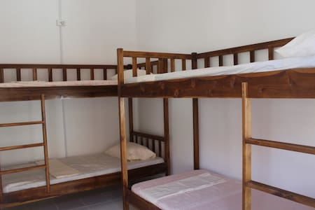 Dili Central Backpackers Single Bed in A/Con Dorm - Díli