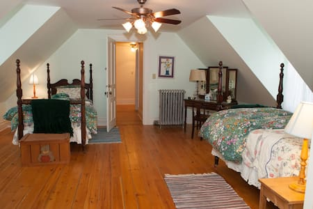 Bed, bath and breakfast in historic mining home - Casa