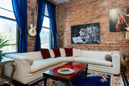 """River North's """"Rock N' Roll"""" Airbnb - Sleeps 6 - Apartment"""