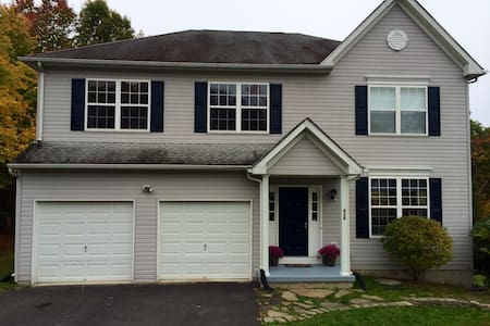 Beautiful 4 bd Pocono lux lake home - East Stroudsburg - House