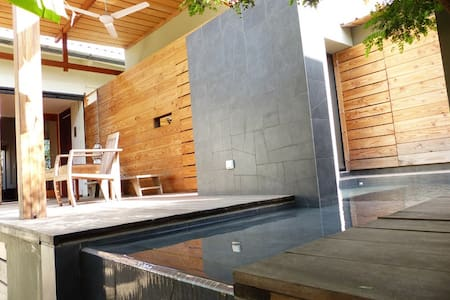 Chambre-jardin et piscine dans villa d'Architecte - Dakar