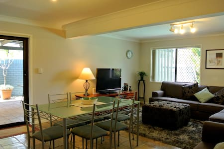 Comfy and cozy 2 bedroom apartment - Eight Mile Plains - Dom