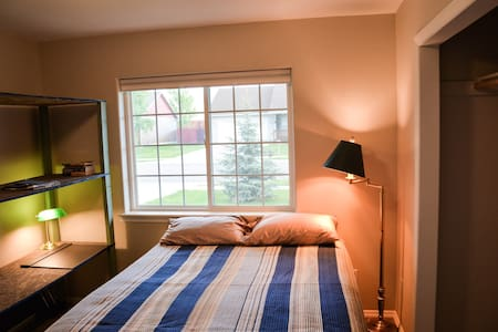 Comfortable, Quiet, and Clean Room, Right Off Main - House