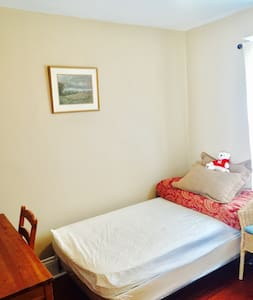 The best neighborhood &low price clean warm room - Hamilton - Dům