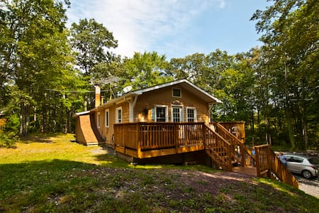 Private 4 BR Forest Retreat--10 Acres--Hot Tub!! - Haus