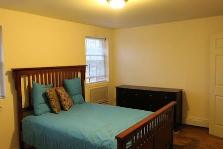 Comfortable and Spacious Bedroom - Brooklyn - House