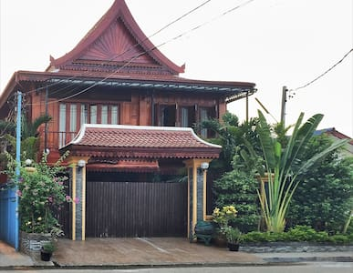 New Lao wooden house near centre - Huis