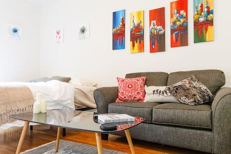 NEW Cozy Chelsea Studio w/ Private Balcony - New York - Apartment