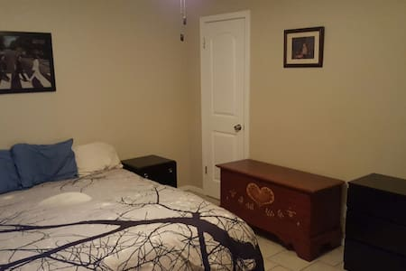 Private Master Bed 10min from DT!