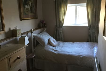 Single Private Room - Cardiff - Bed & Breakfast