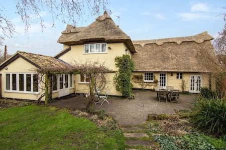Fairytale Thatched Cottage -(3 miles to Cambridge) - Girton