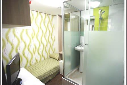 shower room F - Bed & Breakfast