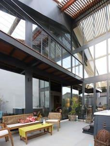 magnifique loft contemporain - House