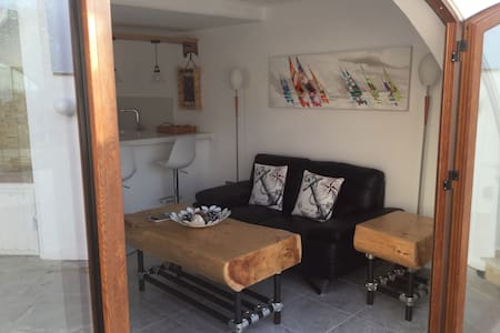 Beach apt with private court yard - Huoneisto