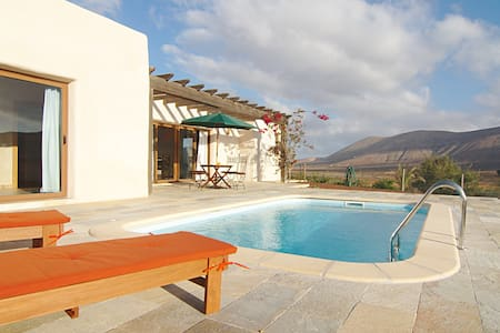 Exclusive villa with pool in natural surroundings - Willa