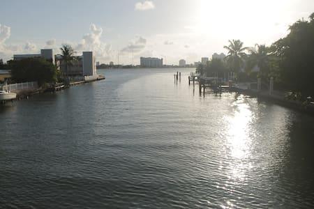 Spacious room in Miami Beach (2) - House