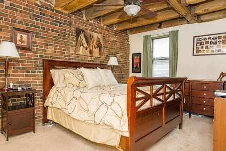 Spacious North End pvt bed/bath