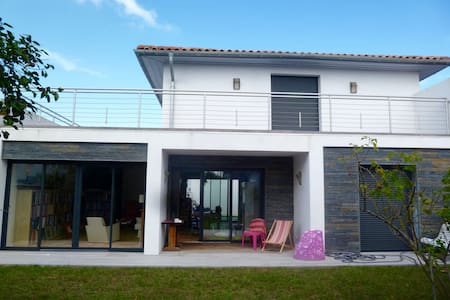 Spacious room with terrace in Anglet / Biarritz - Bed & Breakfast