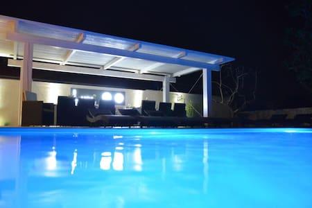White apartment with swimming pool - Nin - Apartamento