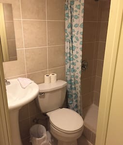 Clean room with a bathroom - Gaithersburg - Hus