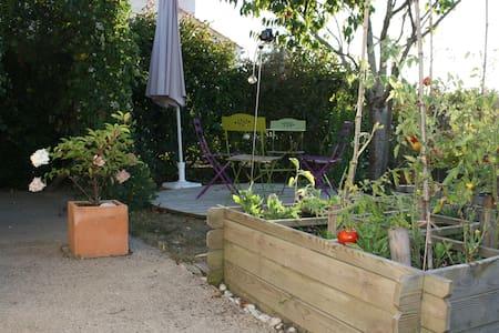 Le Jardin de la Fontaine, studio à 800 m de la mer - Huis
