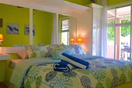 BRIGHT APARTMENT STEPS TO THE BEACH