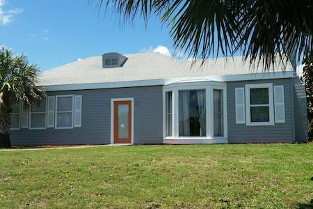 Cozy house across the street from the beach - Daytona Beach