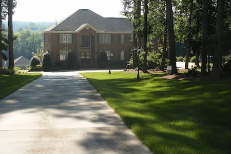 Lakefront gated estate with pool - Zebulon - House
