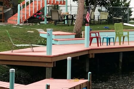 Tropical Corner Retreat on water - Weeki Wachee