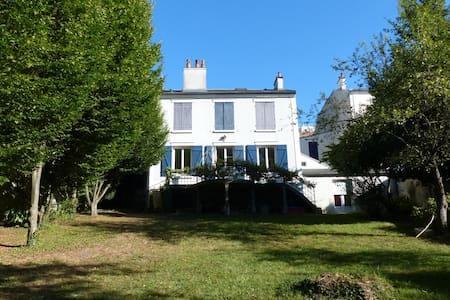 Grande maison familiale proche Paris et Disneyland - Casa
