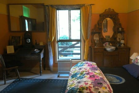 One bright double room - Wikt i opierunek