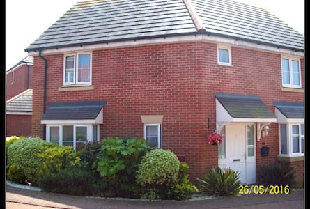 Modern House with 1 single and 2 double rooms - East Cowes