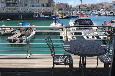 Beautiful studio apartment with port & ocean views - Appartement