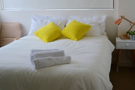 Location - 1 min walk to train station - 15mins to Sydney CBD by train - 15mins to the beach (Brighton Le Sands) by bus - less than 15mins to the airport by train  Private room with Queen bed Own bathroom with tub