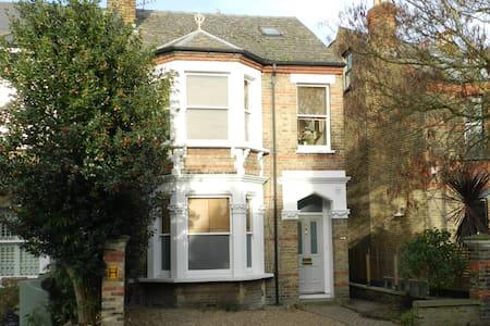Chiswick: 2 bedroom Garden Flat