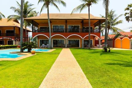 Absolute Beach Front Luxury Villa 2 - Huvila