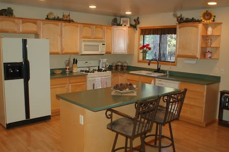 Beautiful Cabin w/forest views in gated community - Cabin