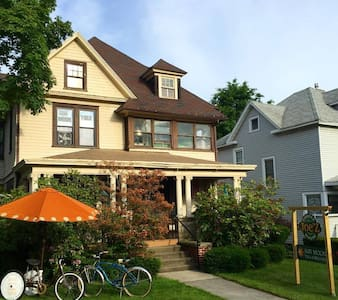 Room in beautiful home with coffee shop - Jamestown