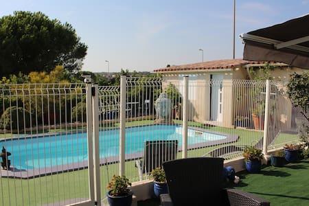 Chambre indépendante  bord de la piscine terrasse - Rumah Tamu