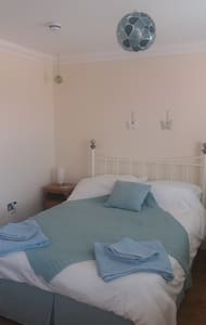 Double room, own shower/bathroom, by City Centre - Norwich