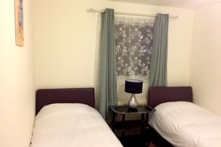 Bright and Cosy Twin Room in Northolt - Apartamento