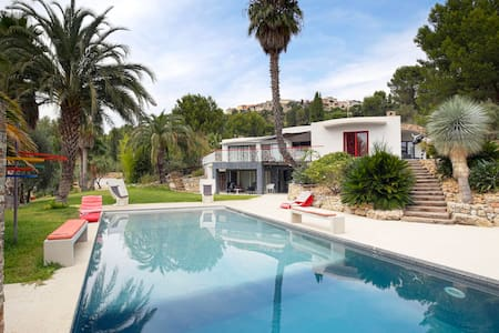 420sqm villa + a huge garden for an escape - Huvila