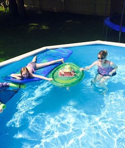 Hot Tub & Heated Pool! - Strongsville - Bed & Breakfast