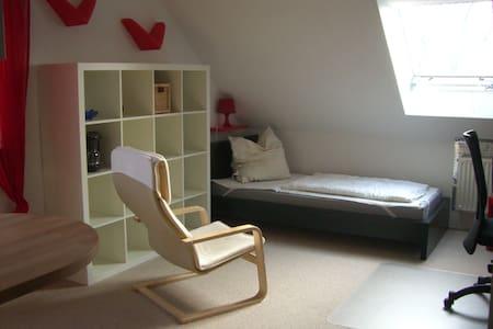 Zimmer mit Blick ins Grüne - Condominium