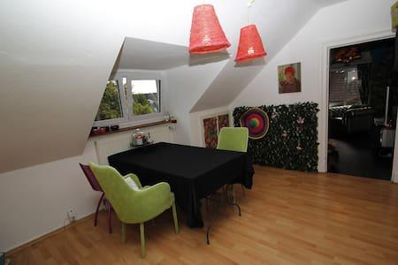 Farbenfrohe Dachgeschoßwohnung im Villenviertel - Apartamento